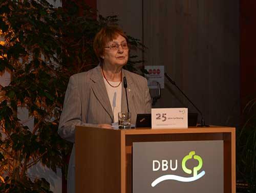 Bürgermeisterin Karin Jabs-Kiesler spricht die Grußworte für die Stadt Osnabrück