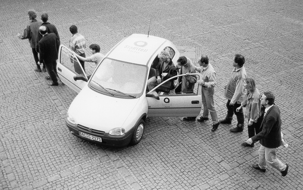 Kunden zeigen das CarSharing-Prinzip, Aachen 1997 (Foto: Hans-Jürgen Serwe/cambio Aachen)